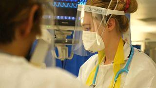 Personal sanitario atiende a un enfermo de COVID-19 en un hospital de Londres