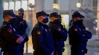 Policías montan guardia en la Puerta del Sol de Madrid para impedir aglomeraciones en Nochevieja. España 31/12/2020