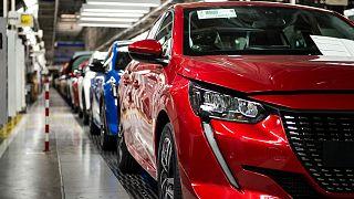 Des Peugeot 208 assemblées sur une ligne de production dans l'usine PSA de Trnava en Slovaquie, le 17 avril 2020