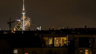 Leuchtfeuerwerk vor dem Berliner Fernsehturm, 1.1.2021
