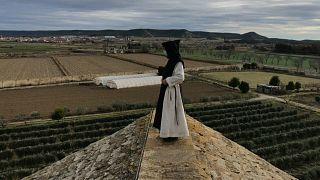 El padre Gregorio en el tejado del monasterio de la Oliva, Navarra, España 31/12/2020