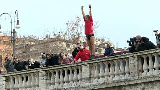 Romans jump into Tiber river in New Year's Day tradition