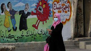 Murales per sensibilizzare alla lotta contro il Coronavirus sui muri di Gaza City