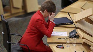 Nicola Sturgeon in un momento di riflessione in parlamento