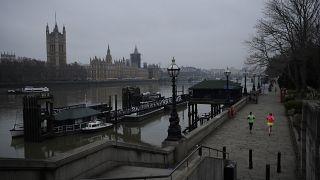 El parlamento británico con el Támesis