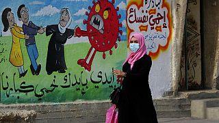Nő sétál el az egyik graffiti előtt