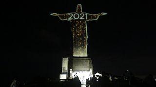 Cristo Redentor iluminado con la felicitación de Año Nuevo en Río de Janeiro