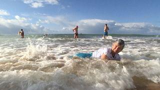 Corajosos mergulham nas águas geladas de Carcavelos