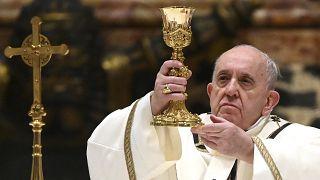 البابا فرنسيس محياً قداس الميلاد في الفاتيكان