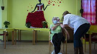 خلال تلقيح إحدى المسنات في دار للعجزة في بلجيكا