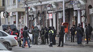 Çeçenistan'ın başkenti Grozni'de iki polis bıçaklı saldırıya uğramış, polislerden biri ölürken diğeri ağır yaralanmıştı. Saldırganlar vurularak öldürülmüştü