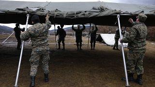 L'armée de Bosnie installe des tentes dans le camp de migrants de Lipa, Bosnie-Herzégovine, le 1er janvier 2020