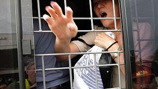 Kazakistan'ın Almatı kentindeki protestolarda gözaltına alınan bir zanlı.