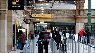 مسافرون بمحطة قطار في فرنسا