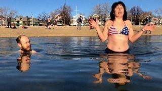 شاهد: السباحون المغامرون يتحدون المياه الباردة في ماساتشوستس احتفالا بحلول العام الجديد