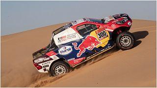 السائق القطري ناصر العطية على سيارة تويوتا خلال المرحلة الثامنة من رالي داكار في السعودية