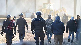 Sicherheitskräfte räumen das Gelände