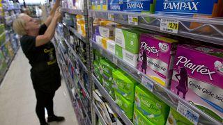 İngiltere kadın hijyen ürünlerindeki vergiyi kaldırdı.
