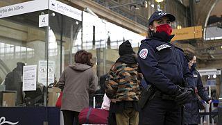 Eine französische Polizistin sichert den Pariser Bahnhof Gare du Nord