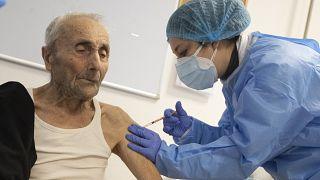 Los mayores son prioritarios en la primera fase de la vacunación