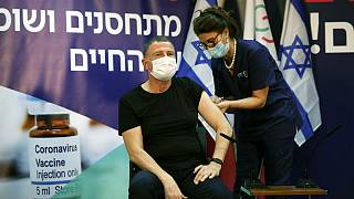 وزیر بهداشت اسرائیل در حال دریافت دوز نخست واکسن کووید-۱۹