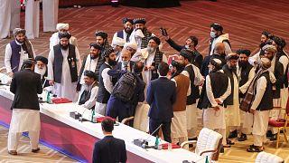 أعضاء وفد طالبان يغادرون مقاعدهم في نهاية الجلسة خلال محادثات السلام بين الحكومة الأفغانية وطالبان في العاصمة القطرية الدوحة، 12 سبتمبر 2020