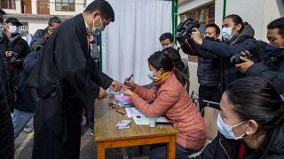 Lobsang Sangay, líder político tibetano no exílio, vota em Dharamsala