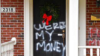 شعارنویسی بر روی درب منزل میچ مککانل، رهبر اکثریت جمهوریخواه در مجلس سنای آمریکا