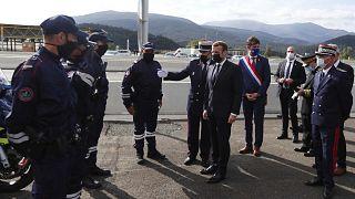"""الرئيس الفرنسي إيمانويل ماكرون (وسط) خلال زيارة للحدود بين فرنسا وإسبانيا، حيث أعلن أن عدد حرس الحدود سيتضاعف """"بسبب تفاقم التهديد الإرهابي""""، لو بيرثيوس،  فرنسا 5 نوفمبر 2020"""