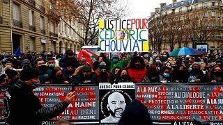 Сотни людей собрались в Париже, чтобы почтить память Седрика Шувиа, погибшего от рук полицейского 3 января прошлого года