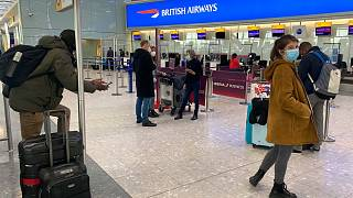 المسافرون البريطانيون العائدون إلى منازلهم في إسبانيا  مُنعوا من ركوب الطائرات، في مطار هيثرو بلندن، السبت 2 كانون الثاني يناير 2021