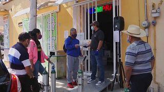 Gente esperando para comprar oxígeno en Ciudad de México