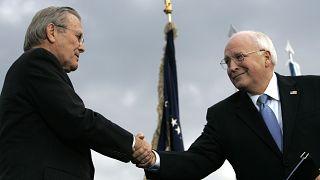 Donald Rumsfeld leköszönő védelmi miniszter (b) és Dick Cheney alelnök kézfogása 2006. december 15-én