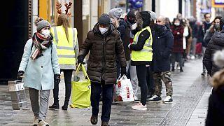 Menschen beim Einkaufen in Wien, nach Ende des zweiten Lockdowns, 7.12.2020