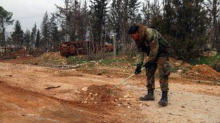 جندي سوري يبحث عن ألغام مزروعة على الطريق السريعة أم5 التي استعاد النظام لسوري السيطرة عليها. 2020/02/15