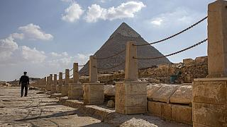 Polizist patroulliert unweit der Cheops-Pyramide in Gizeh, Ägypten, 16.03.2020