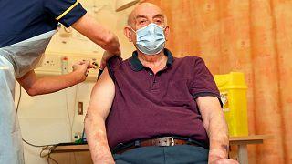 برایان پینکر، بریتانیایی ۸۲ ساله اولین دوز از واکسن آسترازنکا-آکسفورد را تزریق کرد
