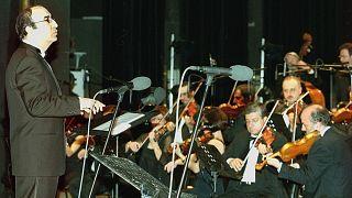 المايسترو اللبناني إلياس الرحباني يقود فرقته الموسيقية خلال حفل في كازينو لبنان
