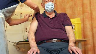 """""""Sehr froh"""": 82-Jähriger erhält erste Astrazeneca-Impfung in UK"""