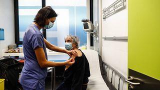 """تطعيم للعاملين في مجال الرعاية الصحية الذين تتراوح أعمارهم بين 50 عامًا وأكثر، مستشفى """"Hotel-Dieu"""" في باريس، 2 يناير 2021"""