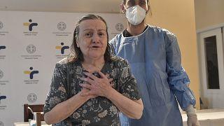 Η ηλικιωμένη γυναίκα, που ζει σε οίκο ευγηρίας στην Αθήνα, είναι από τους πρώτους εμβολιασθέντες στην Ελλάδα