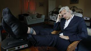 Assange permanece detido no Reino Unido
