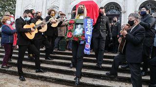 Populares aplaudiram Carlos do Carmo à saída da Basílica da Estrela, em Lisboa