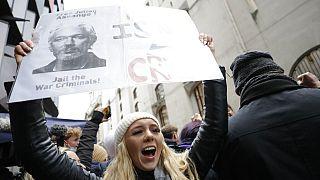 Unterstützerin von Julian Assange in London