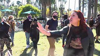 Frau in Los Angeles, die keine Maske aufsetzen will