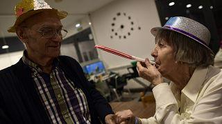 Residentes de un asilo de ancianos celebran la Nochevieja en Estella, en el norte de España.