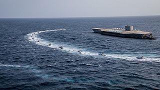 زوارق الحرس الثوري الإيراني تحاصر نسخة مقلدة لحاملة طائرات أميركية خلال مناورات في الخليج. 2020/07/28