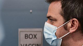 Le ministre français de la Santé Olivier Véran au centre de vaccination de l'Hôtel Dieu à Paris, le 4 janvier 2021