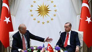 بایدن و اردوغان در حال گفتگو در سال ۲۰۱۶