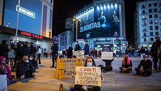 احتجاجات ضد القيود التي تفرضها الحكومة. لافتة باللغة الإسبانية: كوفيد-19 والبطالة والجوع والديكتاتورية-مدريد - إسبانيا
